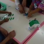 遊戯室でおもちゃ作り! おうちの人と一緒にシールをペタペタ・・・