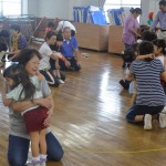 遊戯室で触れ合い遊び